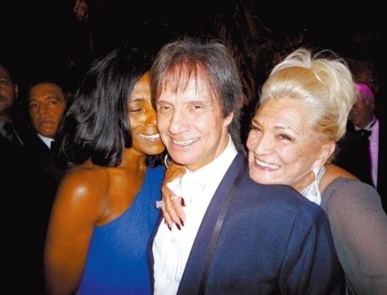 Glória Maria posa ao lado de Roberto Carlos e Hebe, no evento de comemoração dos 80 anos da apresentadora (foto de março de 2009).