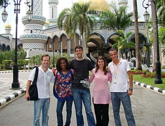 Glória Maria tem a carreira marcada pelas grandes reportagens especiais feitas ao redor do mundo. Nesta imagem, Glória está com a equipe da Globo em Brunei, na Ásia (foto de setembro de 2004).