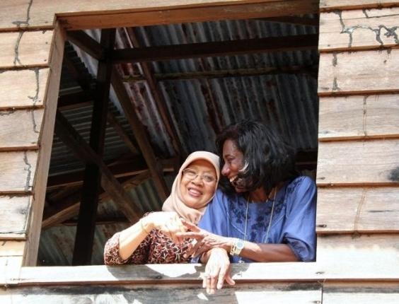 Glória Maria tem a carreira marcada pelas grandes reportagens especiais feitas ao redor do mundo. Nesta imagem, Glória está com uma moradora de Brunei, na Ásia (foto de setembro de 2004).