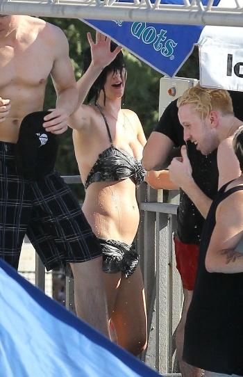 Katy Perry foi flagrada em momento indiscreto enquanto se divertia no parque aquático Raging Waters, na Califórnia, EUA. A cantora tentou surfar em uma piscina de ondas, mas acabou escorregando, deixando o bumbum completamente à mostra (12/8/12)