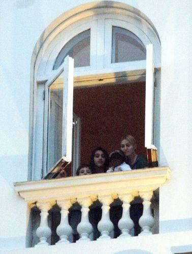 Madonna e seus três filhos, Rocco, Lourdes Maria e David Banda, aparecem na sacada do Copacabana Palace para ver o movimento dos fãs na porta do hotel