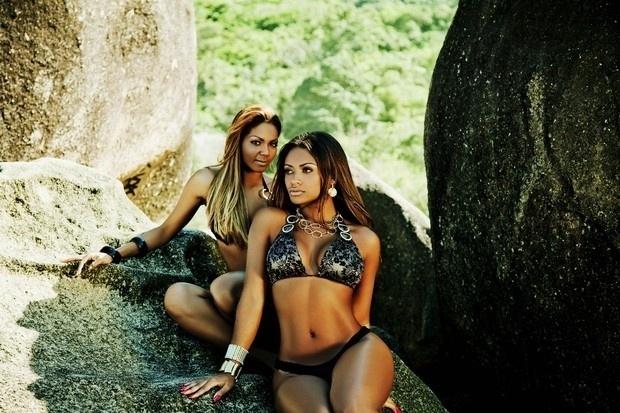 A passista da Portela Janaína Azevedo e a ex-BBB Jaqueline Farias mostraram o corpão em em ensaio feito para uma rede de barbearia Angolana. As fotos foram produzidas em uma praia do Rio de Janeiro (22/8/12)