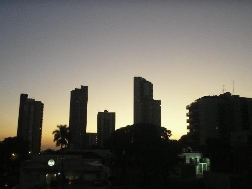 """Abrir a janela em Campo Grande pode ser inspirador, como mostra o clique do internauta Roquev. """"Pôr do sol da janela de meu apartamento, em Campo Grande."""""""