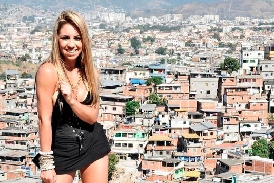 Natalia Arantes, bailarina do cantor Latino, resolveu exibir seus atributos físicos em um ensaio sensual que teve como cenário o Complexo do Alemão, na zona norte do Rio de Janeiro. Nas imagens, a 'latinete' abusa de roupas curtas e apertadas. As fotos são de autoria do fotógrafo Jackson Martins.