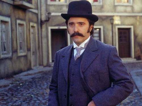 """Tony voltou às minisséries em 1988 para viver mais um personagem da literatura, Jorge, o marido traído de Luísa (Giulia Gam), de """"O Primo Basílio"""""""