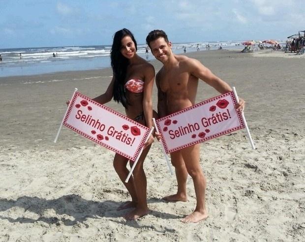 Lorena Bueri, a Gata do Paulistão, ofereceu selinhos ao lado do Mister Brasil, Thiago Ximenez, na praia Grande, litoral norte de São Paulo (26/8/12). A abordagem era uma brincadeira comercial de TV