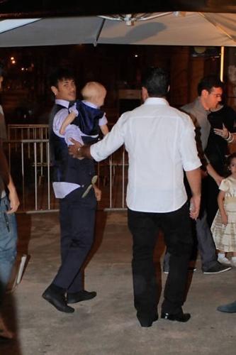 Neymar chega na festa com o aniversariante no colo, Davi Lucca, em Santos (SP). O filho do jogador completou um ano