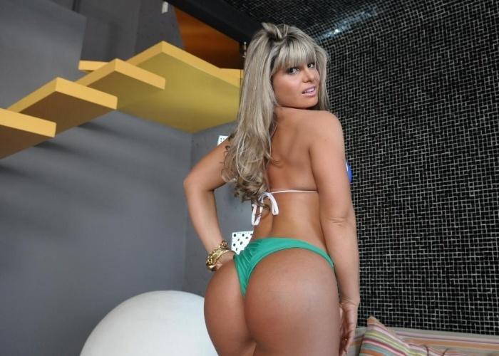 Carine Felizardo mostra os seus atributos durante sessão de fotos do 'Miss Bumbum Brasil 2012'. A gata simboliza o Estado do Pará.