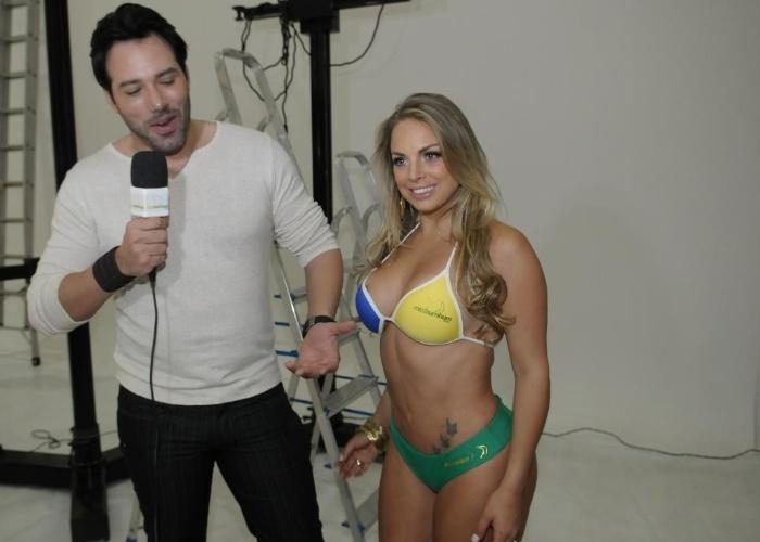 O repórter mineiro Ralph Santos. ex-mister Mundial Universo, entrevista a musa Jéssica Lopes, a 'peladona de Congonhas' durante a sessão de fotos do 'Miss Bumbum Brasil 2012'.