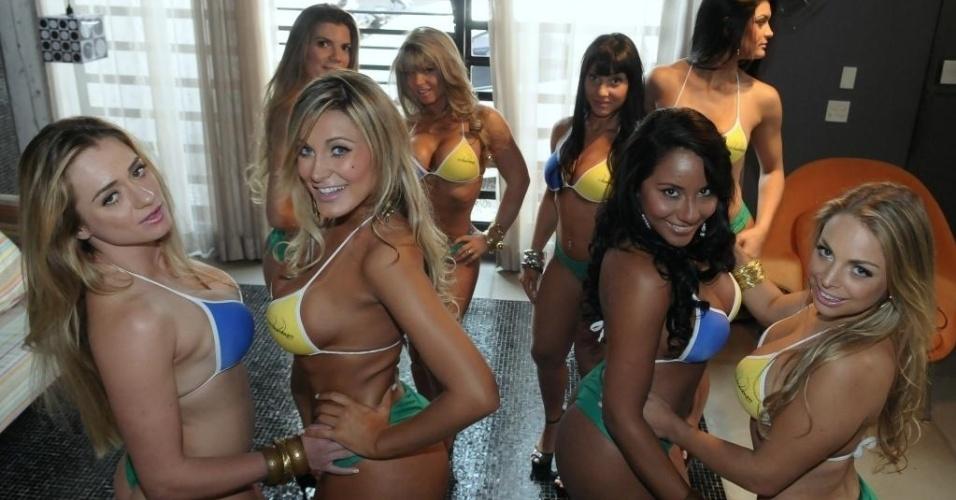 Trajadas com o novo biquíni do 'Miss Bumbum Brasil 2012', as beldades do concurso posaram para um ensaio fotográfico da organização do evento e mostraram o porquê estão entre os mais belos corpos do país (28/8/12).