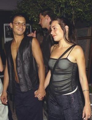 Alessandra e André Gonçalves, seu namorado na época, chegam à festa de 'A Muralha' (2000)