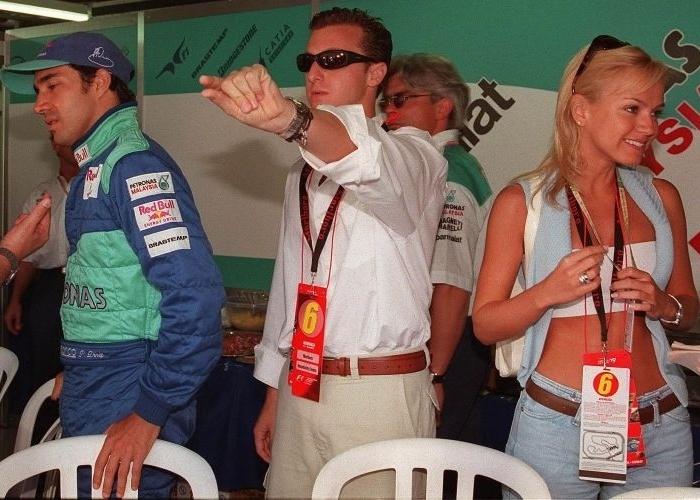 """Eliana junto do apresentador Luciano Huck, na época do programa """"H"""" (Band), e o piloto de Fórmula-1 Pedro Paulo Diniz no autódromo de Interlagos, em São Paulo (11/4/99). A apresentadora namorou Huck por dois anos. Eles terminaram justamente em 1999"""