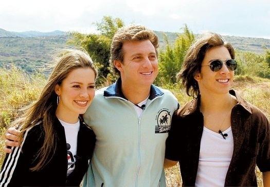 """Ago.2004 - A cantora Sandy, o apresentador Luciano Huck e o cantor Junior gravam """"Quebrando a Rotina"""", antigo quadro do programa """"Caldeirão do Huck"""""""