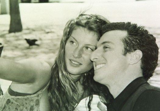 """Mai.2005 - A modelo Gisele Bündchen e o apresentador Luciano Huck durante as gravações do programa """"Caldeirão do Huck"""", da TV Globo"""
