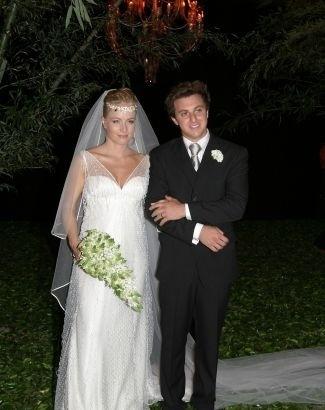 Out.2004 - Grávida de quatro meses, Angélica se casa com Luciano Huck no Rio de Janeiro