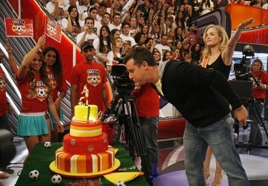 """29.ago.2009 - Luciano Huck apresentava a final do concurso """"Musa do Brasileirão"""" de 2009 quando foi surpreendido pela presença de Angélica, que usava uma faixa """"Musa do Huck F. C."""""""