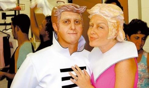 """Abr.2005 - Luciano Huck e Angélica caracterizados de """"velhinhos"""" com o visual dos Jetsons para o programa """"Caldeirão do Huck"""" em comemoração aos 40 anos da Rede Globo"""