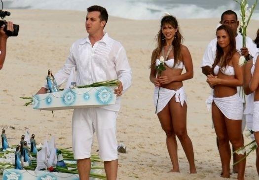 """Dez.2008 - Luciano Huck grava o """"Caldeirão"""" especial de fim de ano na praia do Recreio dos Bandeirantes, no Rio de Janeiro. Todo de branco, o apresentador brindou com a equipe do programa e entrou no mar"""