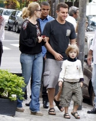 Mai.2009 - Luciano Huck sai de restaurante em Ipanema com Angélica e o filho Joaquim
