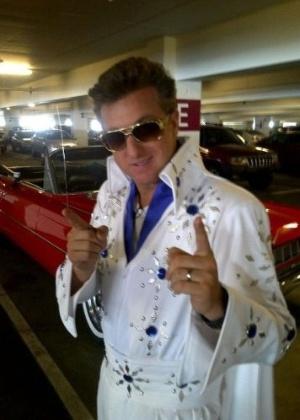 """19.out.2011 - Luciano Huck se fantasiou de Elvis Presley e postou foto no Twitter. O apresentador estava em Las Vegas gravando quadros para o programa """"Caldeirão do Huck"""". """"Gravando 'Vou de Táxi' nas ruas de Las Vegas. Brasucada, quem quiser uma carona me encontrem em 1 hora na frente do Texas Brasil"""", escreveu em seu microblog"""