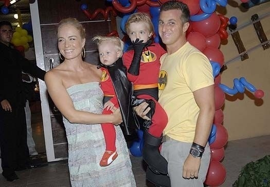 Mar.2009 - Luciano Huck veste camisa de super-herói para acompanhar tema da festa de aniversário de quatro anos do filho mais velho, Joaquim