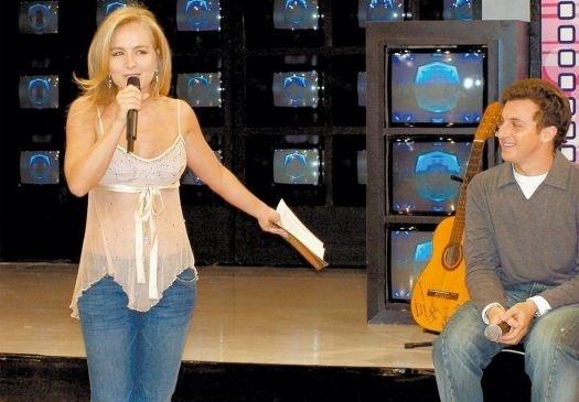 """Set.2004 - Noiva de Luciano Huck, Angélica participa do """"Caldeirão"""" em comemoração ao aniversário do apresentador"""