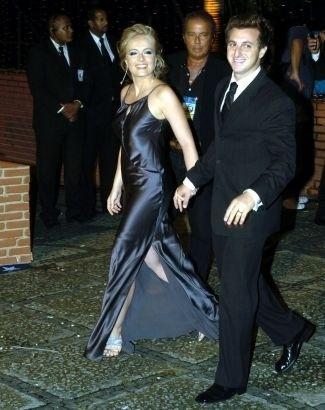 Abr.2005 - O casal Angélica e Luciano Huck chega à festa em comemoração aos 40 anos da Rede Globo, no Claro Hall no Rio de Janeiro