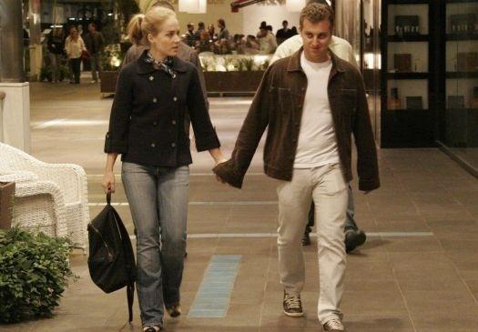 Mai.2009 - O casal de apresentadores Angélica e Luciano Huck indo ao cinema no Rio do Janeiro