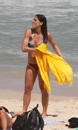 A apresentadora Cynthia Howlett aproveitou o domingo de sol e foi curtir a praia de Ipanema, na zona sul do Rio de Janeiro. Acompanhada da filha Manuela, de 4 anos, a beldade exibiu o corpo em boa forma, tomou sorvete e se refrescou no mar (2/9/12).