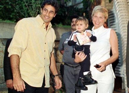 Xuxa e Sasha chegam à festa do primeiro aniversário da menina, promovida pelo pai Luciano Szafir (1999)