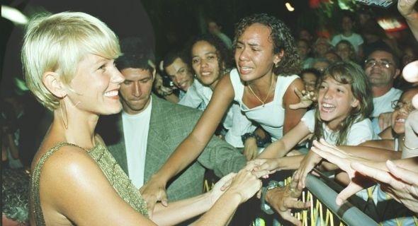 Xuxa cumprimentando fãs durante o lançamento de seu filme 'Xuxa Popstar', no Rio de Janeiro (2000)