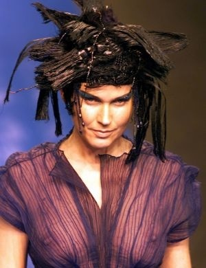 Xuxa desfila para Lino Villaventura no Morumbi Fashion (2000)