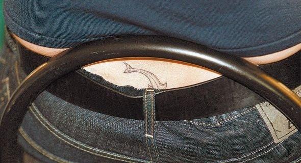 Xuxa mostra seu golfinho tatuado nas costas (17/6/04)