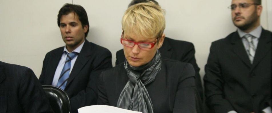 Xuxa durante audiência de processo contra a TV Bandeirantes por ter veículado algumas imagens em que a apresentadora aparece nua (22/6/09). Xuxa ganhou 4 milhões da emissora por danos materiais e 100 mil por danos morais