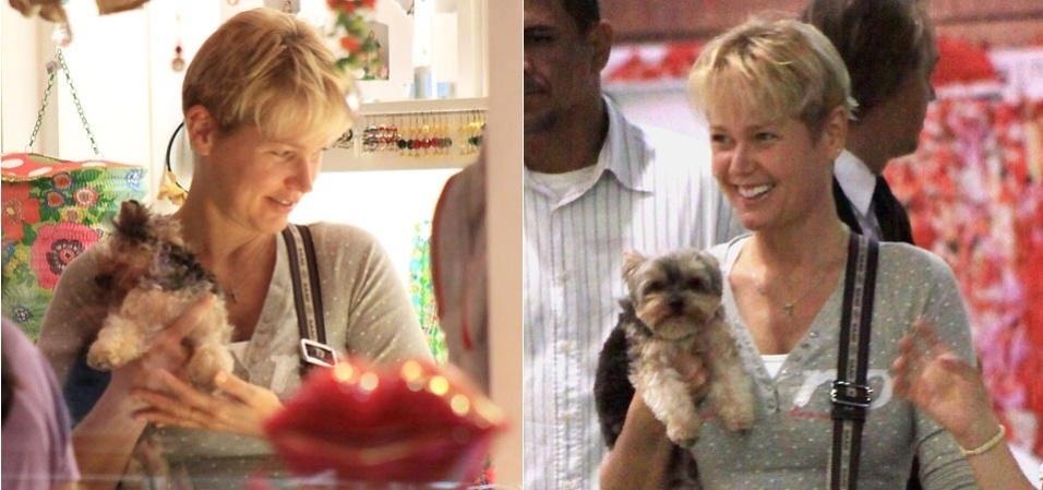 Xuxa passeia com seu cachorro, o yorkshire Dudu, em shopping no Rio de Janeiro (2/9/09)