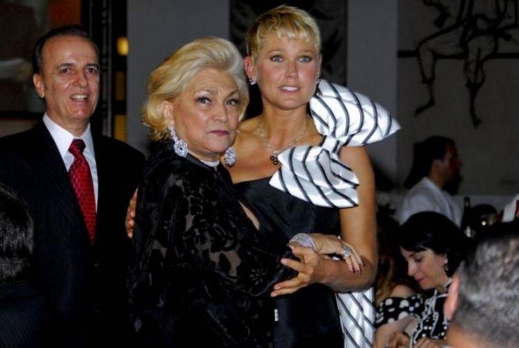 Xuxa recebe Hebe Camargo em jantar beneficente que ela organizou para arrecadar fundos ao Hospital do Câncer de Barretos e a Fundação Xuxa Meneghel (26/11/09)