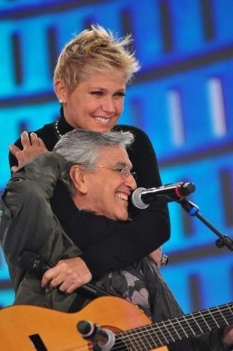 "Caetano Veloso canta sucessos da carreira de Xuxa no ""TV Xuxa"" especial de 25 anos da apresentadora na Globo (28/6/11)"