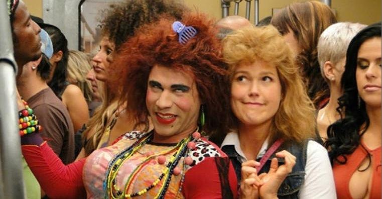 """Xuxa gravou cenas como a personagem Janete, originalmente interpretada pela atriz Thalita Carauta, para o TV Xuxa especial do Dia das Crianças, que vai ao ar em 8 de outubro de 2011. Contracenando com Rodrigo Sant´anna, que faz sucesso como a debochada Valéria no humorístico """"Zorra Total"""" com a parceira Thalita, Xuxa se vestiu como a personagem e imitou seus gestos"""