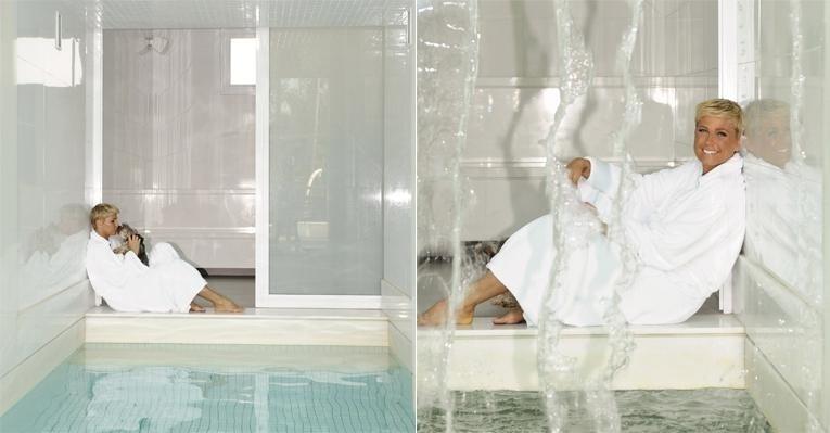 Xuxa Meneghel posou para foto na sauna instalada em sua casa. A apresentadora mostrou a residência de 1.700m², localizada na Barra, no Rio, para a revista 'Caras' (novembro/2011)
