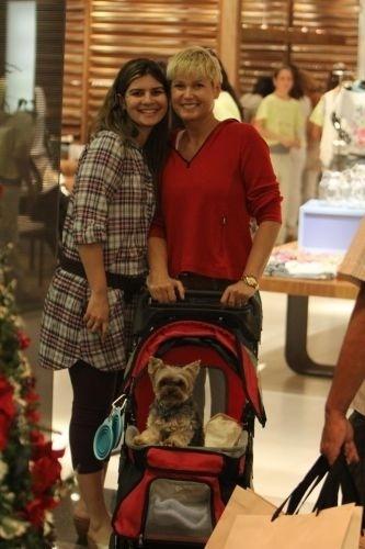Xuxa com seu cachorrinho de estimação, Dudu, em um shopping da zona oeste do Rio. O cãozinho estava em um carrinho de bebê e a dupla atraiu muitos fãs, que aproveitaram para tirar fotos com a apresentadora (23/11/11)