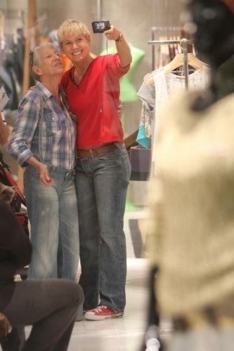 Durante passeio em que levou seu cachorrinho de estimação, Dudu, a um shopping no Rio de Janeiro, Xuxa atraiu muitos fãs, que aproveitaram para tirar fotos ao lado da apresentadora (23/11/11)