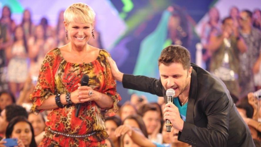 """Mauricio Manieri durante gravação do """"TV Xuxa"""" para comemorar o aniversário de 49 anos da apresentadora (21/2/12)"""