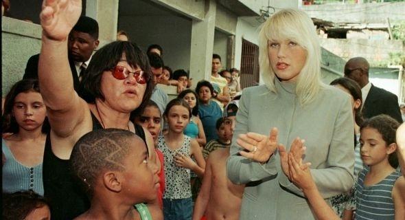 Tizuka Yamasaki dirige Xuxa em especial de Natal, na favela Rio das Pedras, no Rio de Janeiro (1998)