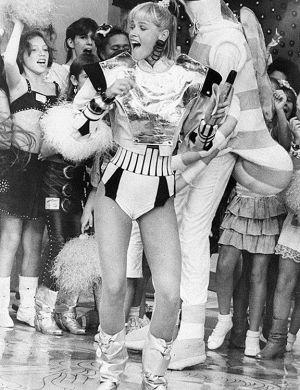 """Xuxa canta com as crianças no """"Xou da Xuxa"""", programa da Globo que estreou em 1986"""