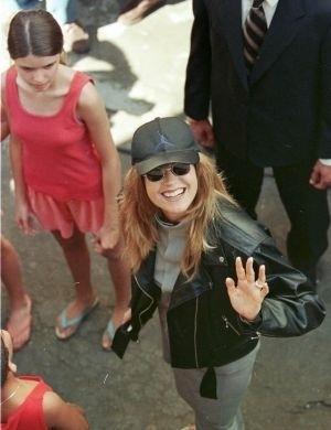 Xuxa durante gravações de seu especial de Natal na favela de Rio das Pedras (1998)