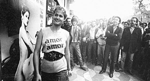 Xuxa passa em frente de cartaz do filme 'Amor, Estranho Amor', em SP (1982). Para quem não se lembra, esse é o filme em que Xuxa aparece em cenas sensuais com um garoto de 12 anos. A apresentadora conseguiu na justiça a proibição de divulgação ou comercialização do filme