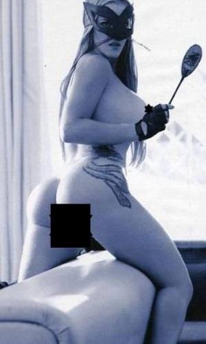 """A revista """"Playboy"""" divulgou uma nova foto do ensaio da ex-assessora parlamentar Denise Rocha, o """"Furacão da CPI"""", no dia do lançamento da edição, nesta terça-feira (4). Na nova imagem, a gata exibe seu bumbum com 105 centímetros. Em entrevista à """"Playboy"""", Denise contou que está ansiosa para saber a opinião do público sobre o ensaio. """"Bem melhor do que ver num vídeo daqueles, né? É bem mais elegante. Vão ver de uma forma mais atualizada também porque aquele vídeo foi feito seis anos atrás"""", disse a gata."""