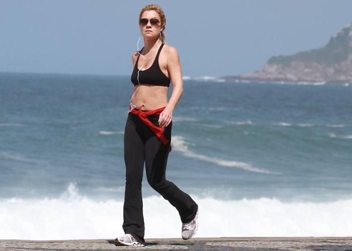 """De barriga de fora, Adriana Esteves caminha na orla da zona sul do Rio (5/9/12) e mostra que está com o corpo em forma. A atriz está no ar como a vilã Carminha de """"Avenida Brasil"""""""