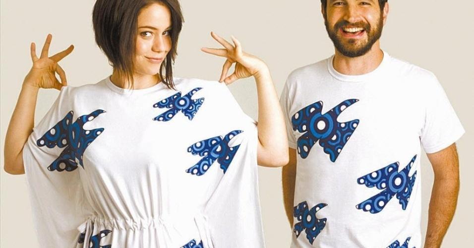 """A atriz Leandra Leal e o ator Caco Ciocler posam com camiseta da campanha """"O Câncer de Mama no Alvo da Moda"""