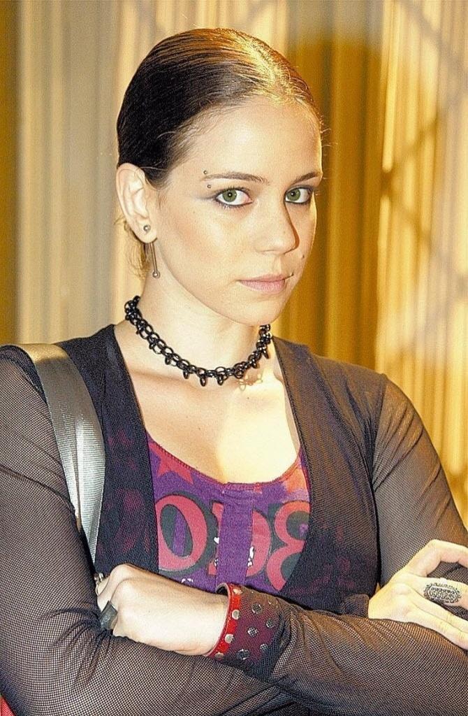 """A personagem Cláudia, interpretada pela atriz Leandra Leal, na novela """"Senhora do Destino"""", exibida pela Rede Globo"""